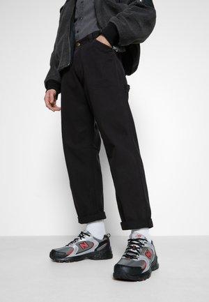 MR530 - Sneaker low - black/red