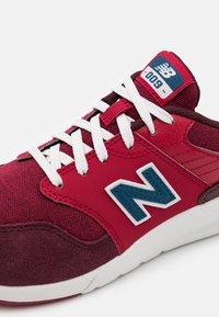 New Balance - YS009NE1 UNISEX - Zapatillas - red - 5