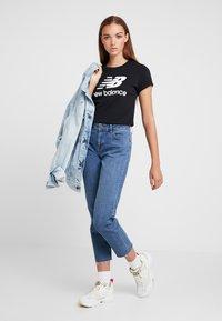 New Balance - ESSENTIALS STACKED LOGO TEE - T-shirt med print - black - 1