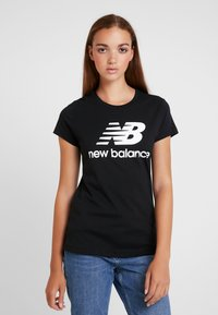 New Balance - ESSENTIALS STACKED LOGO TEE - T-shirt med print - black - 0