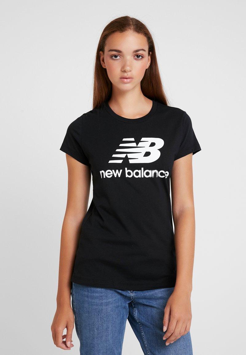 New Balance - ESSENTIALS STACKED LOGO TEE - T-shirt med print - black