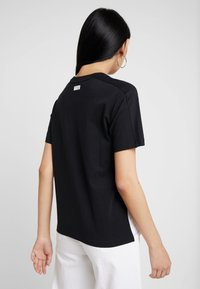 New Balance - ATHLETICS CLASSIC LAYERING - Print T-shirt - black - 2