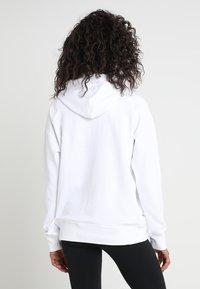 New Balance - ESSENTIALS HOODIE - Bluza z kapturem - white - 2