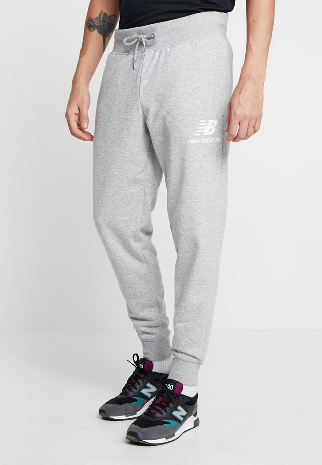 ESSENTIALS STACKED  - Tracksuit bottoms - athletic grey