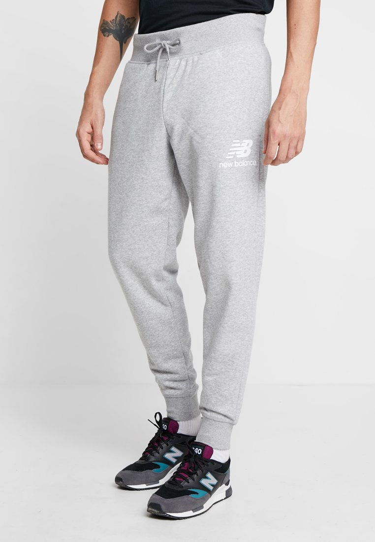 New Balance - ESSENTIALS STACKED LOGO - Tracksuit bottoms - athletic grey