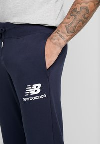 New Balance - ESSENTIALS STACKED LOGO - Jogginghose - eclipse - 6