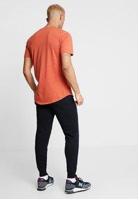 New Balance - ESSENTIALS STACKED LOGO - Pantalon de survêtement - black - 2