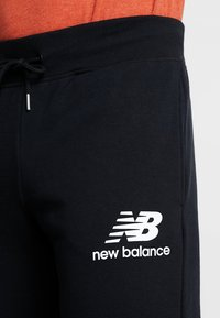 New Balance - ESSENTIALS STACKED LOGO - Pantalon de survêtement - black - 3