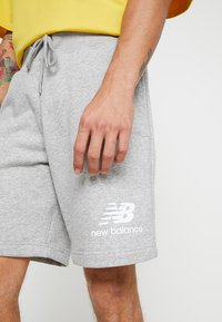New Balance - ESSENTIALS STACKED LOGO - Shorts - athletic grey - 4
