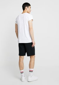 New Balance - ESSENTIALS STACKED LOGO - Shorts - black - 2