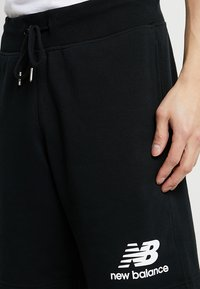 New Balance - ESSENTIALS STACKED LOGO - Shorts - black - 3