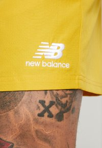 New Balance - NB ATHLETICS WIND SHORT - Shorts - varsgold - 4