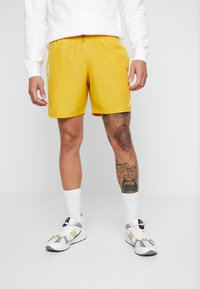 New Balance - NB ATHLETICS WIND SHORT - Shorts - varsgold - 0