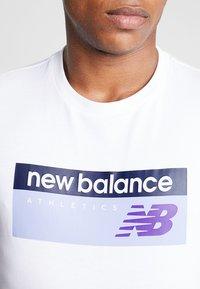 New Balance - ATHLETICS BANNER - T-shirt med print - white - 4