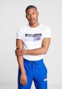 New Balance - ATHLETICS BANNER - T-shirt med print - white - 0