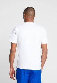 New Balance - ATHLETICS BANNER - T-shirt med print - white - 2