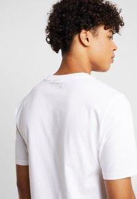 New Balance - ATHLETICS BANNER - T-shirt med print - white/lilac - 3