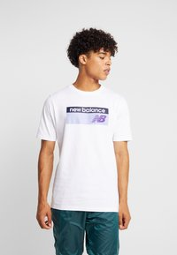 New Balance - ATHLETICS BANNER - T-shirt med print - white/lilac - 0