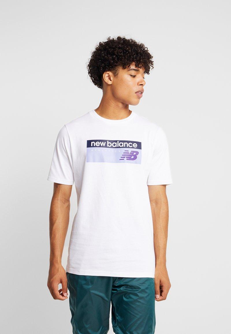 New Balance - ATHLETICS BANNER - T-shirt med print - white/lilac