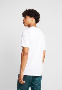 New Balance - ATHLETICS BANNER - T-shirt med print - white/lilac - 2