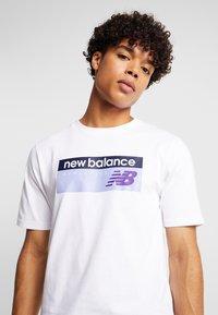 New Balance - ATHLETICS BANNER - T-shirt med print - white/lilac - 5