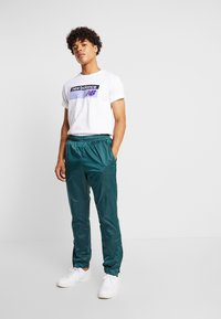 New Balance - ATHLETICS BANNER - T-shirt med print - white/lilac - 1