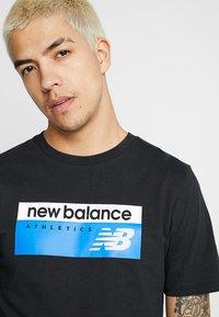 New Balance - ATHLETICS BANNER - T-shirt med print - black - 3