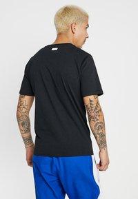 New Balance - ATHLETICS BANNER - T-shirt med print - black - 2