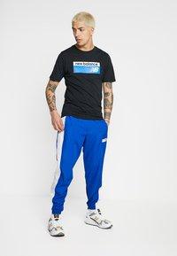 New Balance - ATHLETICS BANNER - T-shirt med print - black - 1