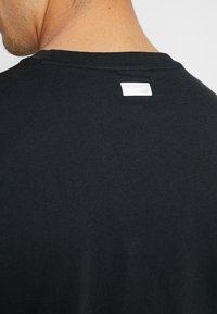 New Balance - ATHLETICS BANNER - T-shirt med print - black - 5