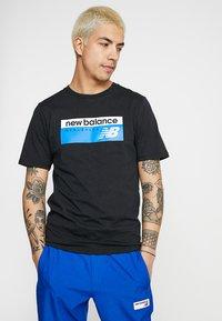 New Balance - ATHLETICS BANNER - T-shirt med print - black - 0