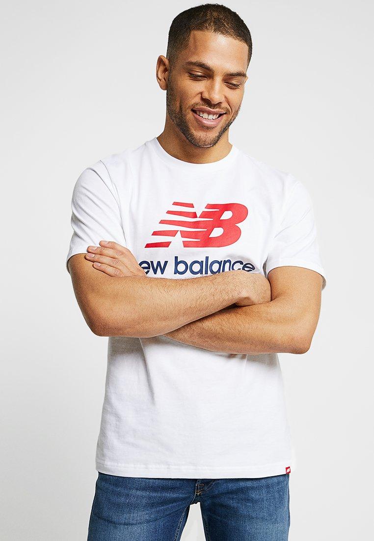 New Balance - ESSENTIALS STACKED  - T-Shirt print - white