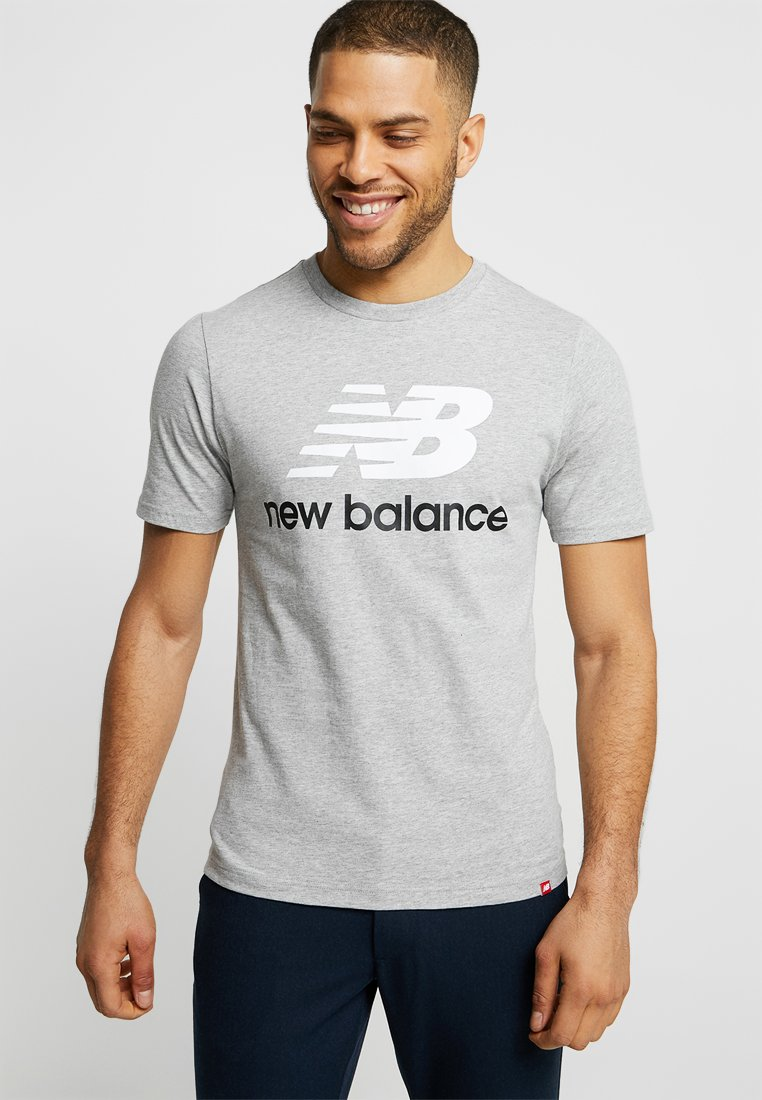 New Balance - ESSENTIALS STACKED  - T-Shirt print - athletic grey