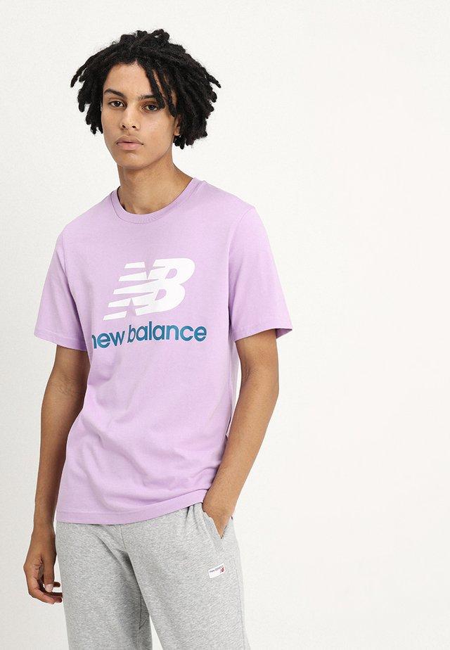 ESSENTIALS STACKED  - T-shirt imprimé - lilac
