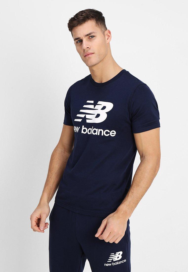 New Balance - ESSENTIALS STACKED  - T-Shirt print - pigment