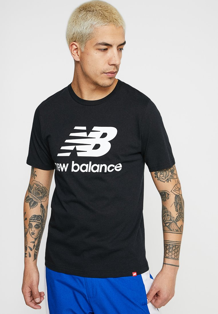 New Balance - ESSENTIALS STACKED  - Print T-shirt - black