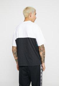 New Balance - ATHLETICS CLASSIC  - T-shirt med print - verdite - 2