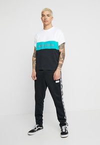 New Balance - ATHLETICS CLASSIC  - T-shirt med print - verdite - 1