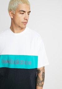 New Balance - ATHLETICS CLASSIC  - T-shirt med print - verdite - 4