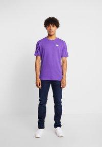 New Balance - ATHLETICS TRACK - T-shirt med print - prism purple - 1