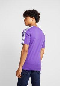 New Balance - ATHLETICS TRACK - T-shirt med print - prism purple - 2