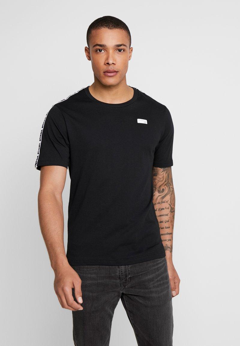 New Balance - ATHLETICS TRACK - Print T-shirt - black