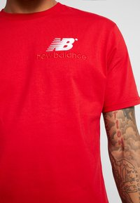 New Balance - ATHLETICS PREMIUM ARCHIVE - T-shirt - bas - team red - 5