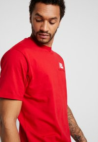 New Balance - ATHLETICS PREMIUM ARCHIVE - T-shirt - bas - team red - 3