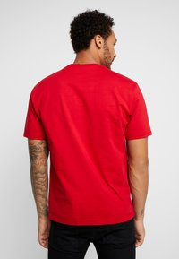 New Balance - ATHLETICS PREMIUM ARCHIVE - T-shirt - bas - team red - 2