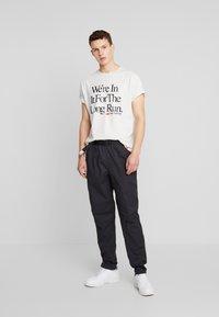 New Balance - ESSENTIALS ICON RUN - T-shirt imprimé - mottled light grey - 1