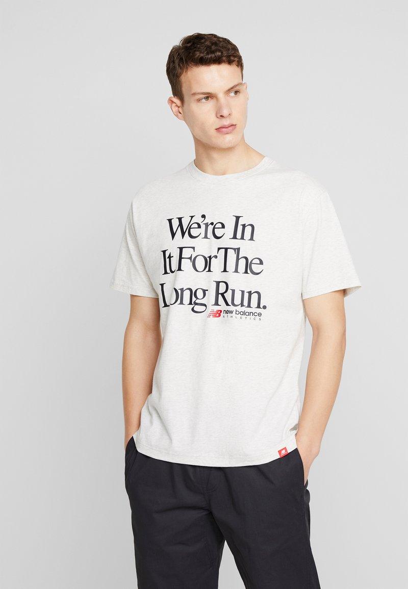 New Balance - ESSENTIALS ICON RUN - T-shirt imprimé - mottled light grey