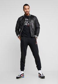 New Balance - ESSENTIALS ICON RUN - Camiseta estampada - black - 1
