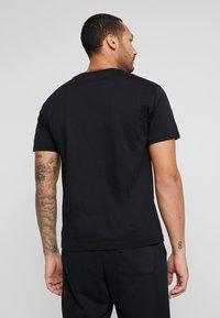 New Balance - ESSENTIALS ICON RUN - Camiseta estampada - black - 2