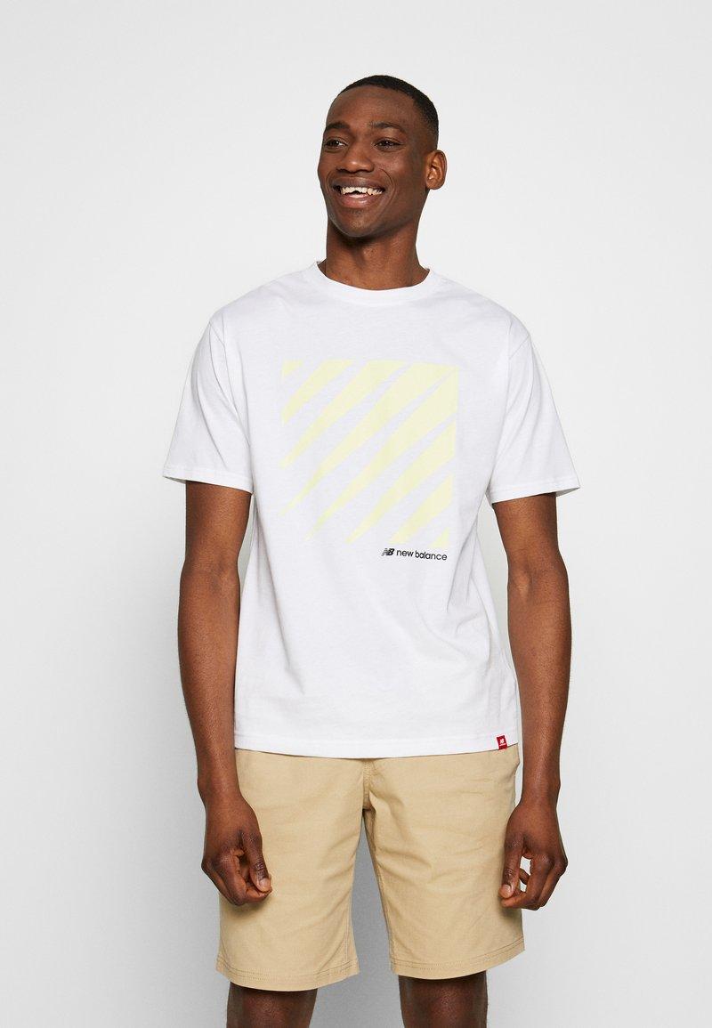 New Balance - SPORT STYLE OPTIKS  - T-shirt con stampa - white